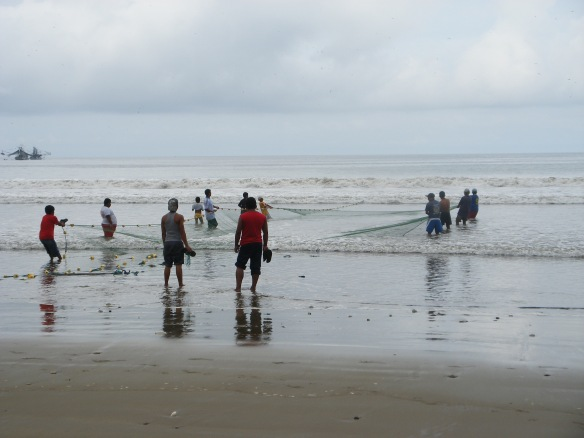 Fishing from shore with a net in Puerto Lopez